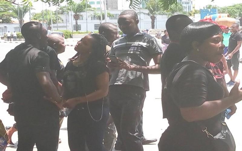 Togo : Des travailleurs défilent habillés en noir