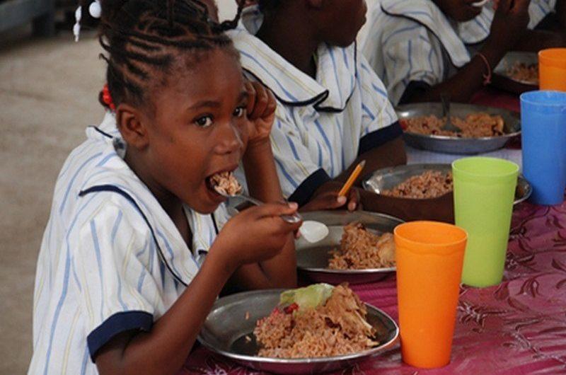 Le gouvernement veut mieux surveiller le secteur de l'alimentation scolaire.