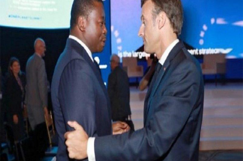 Emmanuel Macron félicite Faure Gnassingbé pour sa réélection et l'invite en France.